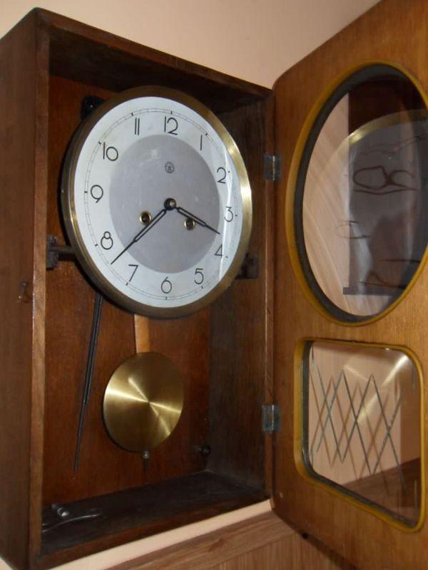 Stary zegar ścienny z wahadłem